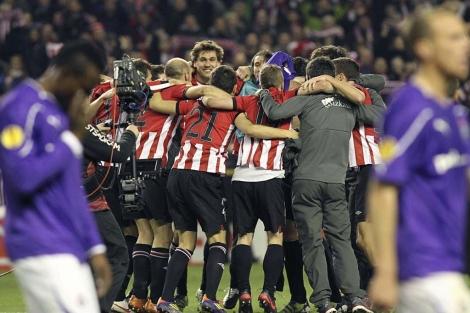 Los jugadores del Athletic celebran el pase a octavos. | Efe