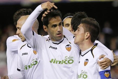 Jonas celebra con Pablo Hernández el tanto del Valencia. | Foto: B.Pajares