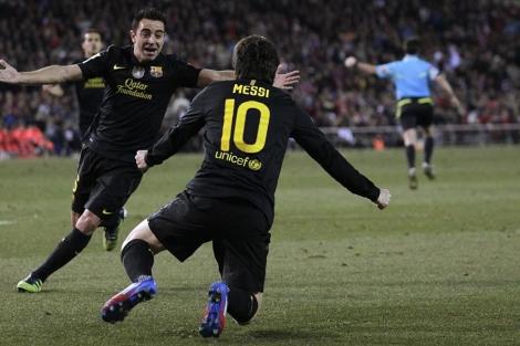 Xavi felicita a Messi tras el gol del triunfo en el Calderón. (Foto: Reuters)