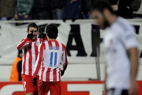 Adrián y Arda Turan celebran el primer tanto del Atlético en Estambul. | Efe