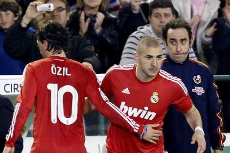 Iturralde, en papel de cuarto árbitro tras su lesión en el Betis-Real Madrid.(EFE)