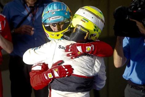Fernando Alonso se abraza con Sergio Pérez. | Efe
