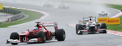 Alonso, perseguido por Sergio Pérez. | Afp