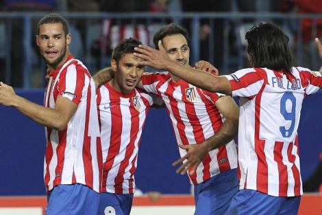 Salvio festeja con sus compañeros el gol de la victoria. (EFE)