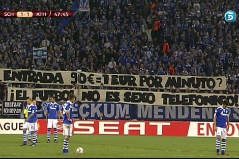 Imagen de la pancarta en el Veltins Arena. | Fuente: Televisiones