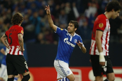 Raúl celebra uno de sus goles al Athletic.   Reuters