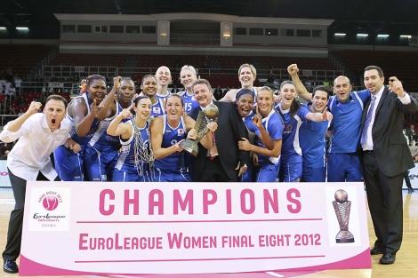 Las jugadoras del Ros Casares celebran la victoria. | Efe