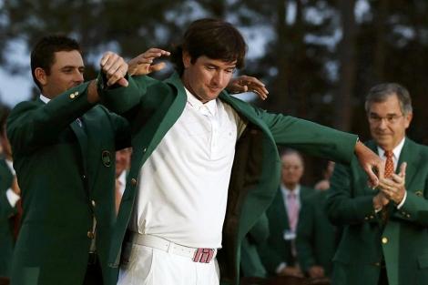 Charl Swarchtzel viste a Bubba Watson con la chaqueta verde de Augusta. | Reuters