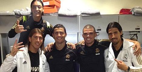Özil, Ramos, Cristiano, Pepe y Khedira, en el vestuario del Calderón. | @SergioRamos