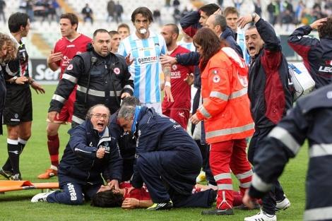 Los médicos intentan reanimar a Morosini tras desvanecerse. | Afp