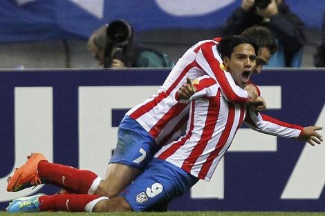 Falcao, felicitado por Adrián tras su soberbio segundo gol. (REUTERS)