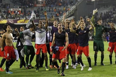 Los jugadores del Atlético celebran el Mestalla el pase a la final.   Reuters