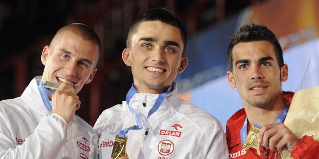 Kevin López (derecha) celebra el campeonato de Europa en el podio/AFP