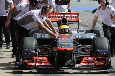 Los mecánicos empujan el McLaren de Hamilton en Montmeló.   Afp