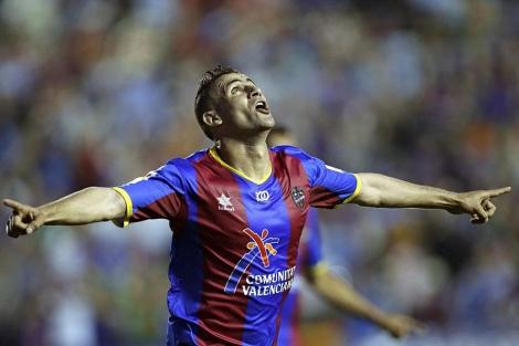 Ghezzal celebra uno de sus dos goles ante el Athletic. (EFE)