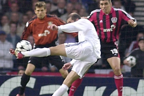 Zinedine Zidane, en la acción de su gol ante el Bayer Leverkusen. (AFP)