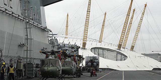 buque de asalto anfibio HMS Ocean, en el Támesis, con el O2 al fondo. | Reuters