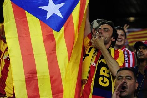 Un aficionado del Barcelona durante el himno. | AFP