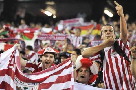 Aficionados del Athletic pitan durante el himno nacional. | Gonzalo Arroyo