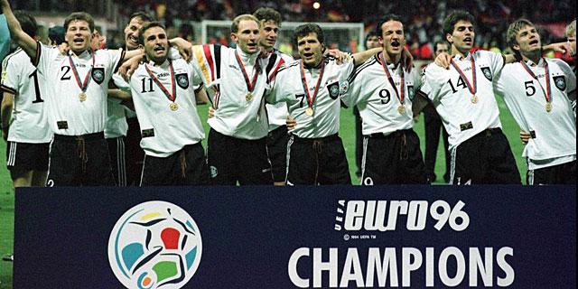 La selección alemana celebra el título de 1996. AFP