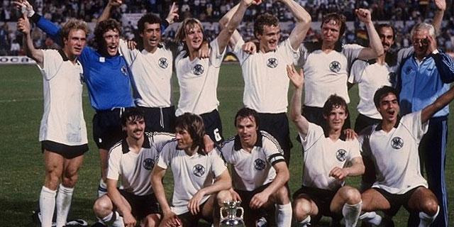 Los jugadores alemanes, tras ganar la Eurocopa de 1980.