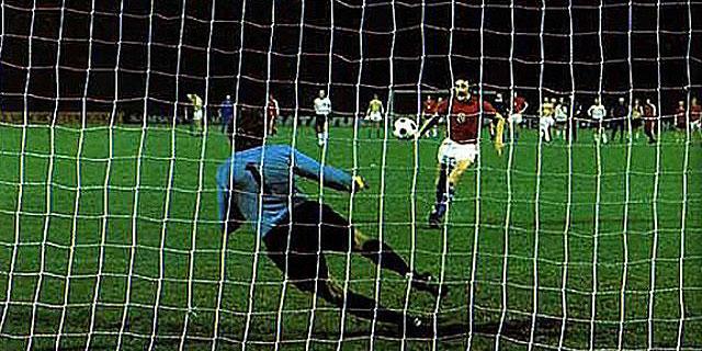 Panenka, marcando su famoso gol de penalti en la final.