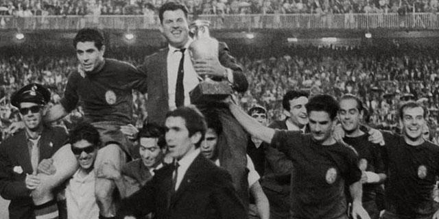 La selección española, tras ganar el primer título europeo.