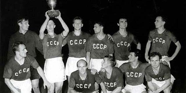 Los jugadores de la URSS, tras ganar la primera Eurocopa.