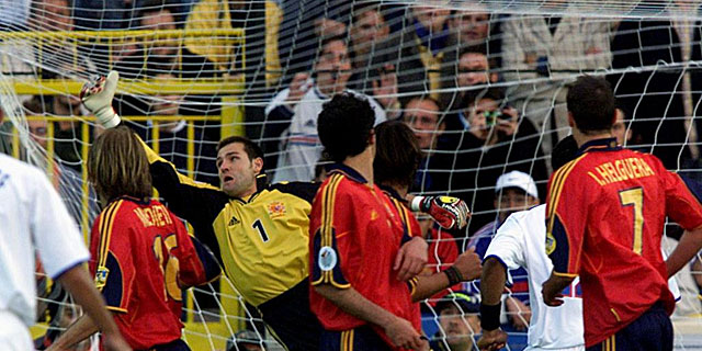 La barrera de España no evitó el gol de falta de Zidane en la Eurocopa 2000. | Reuters.