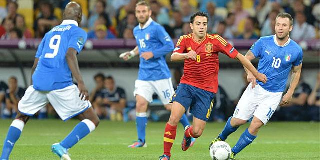 Xavi controla el balón, durante la final. | Afp