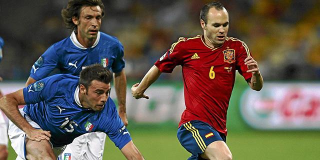Iniesta (dcha), perseguido por Pirlo y Barzagli, durante la final. | Reuters
