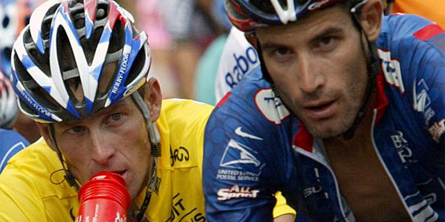 Armstrong, junto a Hincapie en el Tour de 2003. | Afp