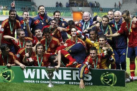 Los jugadores de la selección celebran el título sobre el césped. | Efe