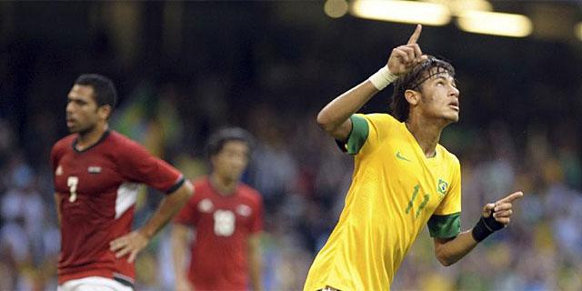 Neymar festeja su gol, tercero de Brasil, ante Egipto. (AFP)