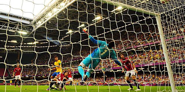 El gol de Neymar por la escuadra. (Glyn Kirk: Afp)