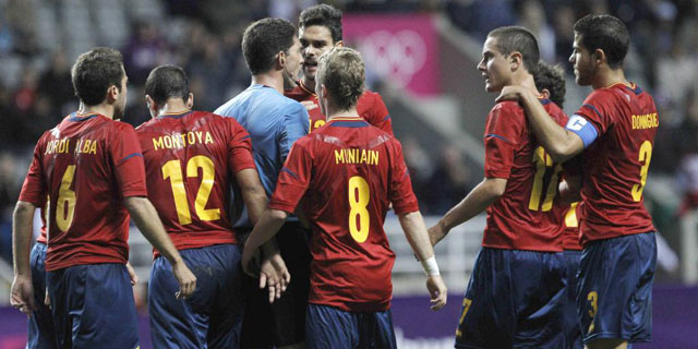 Los jugadores españoles protestan al árbitro.| Efe