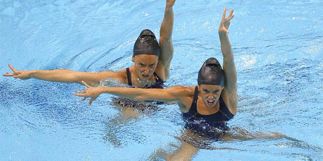Ona Carbonell y Andrea Fuentes, durante un entrenamiento en Londres. (Foto: Efe)