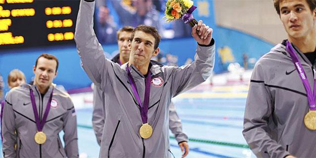 Phelps, con el oro en 4x100 estilos junto a sus trescompañeros de relevo. (Foto: Reuters)