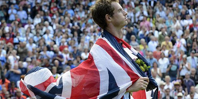 Murray posa con su medalla de oro envuelto en la 'Union Jack'. (Foto: Efe)