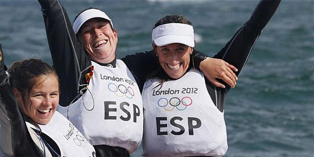 Sofía Toro, Tamara Echegoyen y Ángela Pumariega, tras lograr el oro. (EFE)