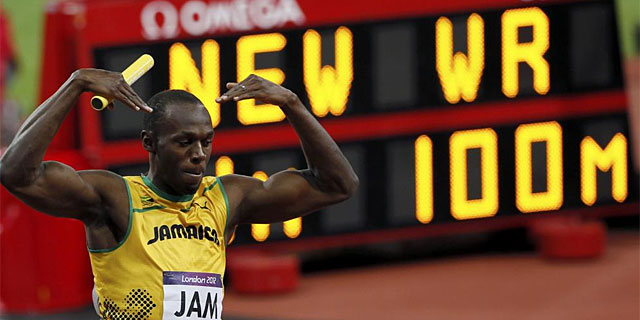 Bolt celebra la victoria de Jamica en el 4x100.   Reuters