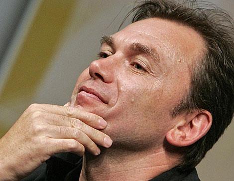 El director del equipo Radioshack, Johan Bruyneel, durante una rueda de prensa. | AFP