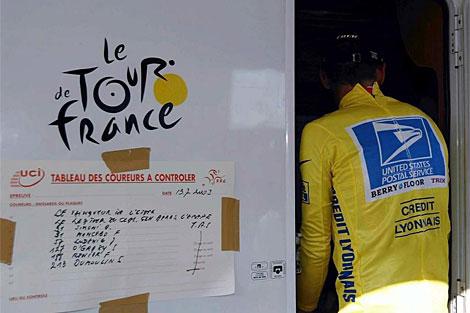Lance Armstrong, entrando en un control. (AFP)