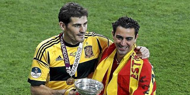 Iker Casillas y Xavi Hernández durante la celebración de la Eurocopa 2012.I Efe