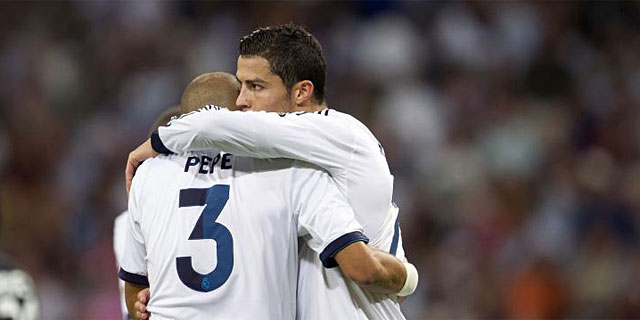 Cristiano Ronaldo, junto a Pepe, tras uno de sus dos goles a Granada. (EFE)