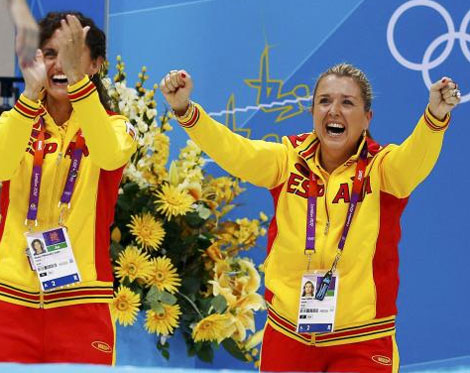 Anna Tarrés (dcha.) y Beth Fernández celebran la plata de Fuentes y Carbonell en Londres.   Reuters