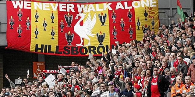 Homenaje en Anfield a las víctimas de Hillsborough durante el 20º aniversario de la tragedia en 2009.   Ap