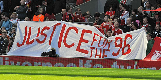 Una pancarta en el estadio de Anfield en memoria de las 96 víctimas de Hillsborough. | Reuters
