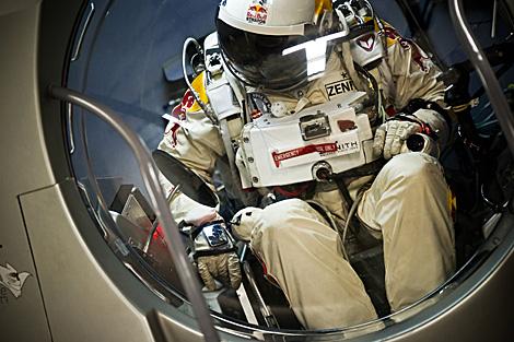 Felix Baumgartner, en la cápsula que le enviará al espacio.