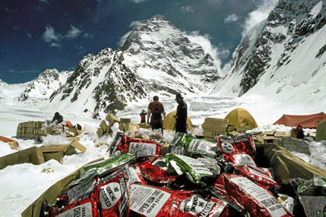 Llegada de alimentos a un campamento base para el ascenso a la cima del K2, en el Karakorum.